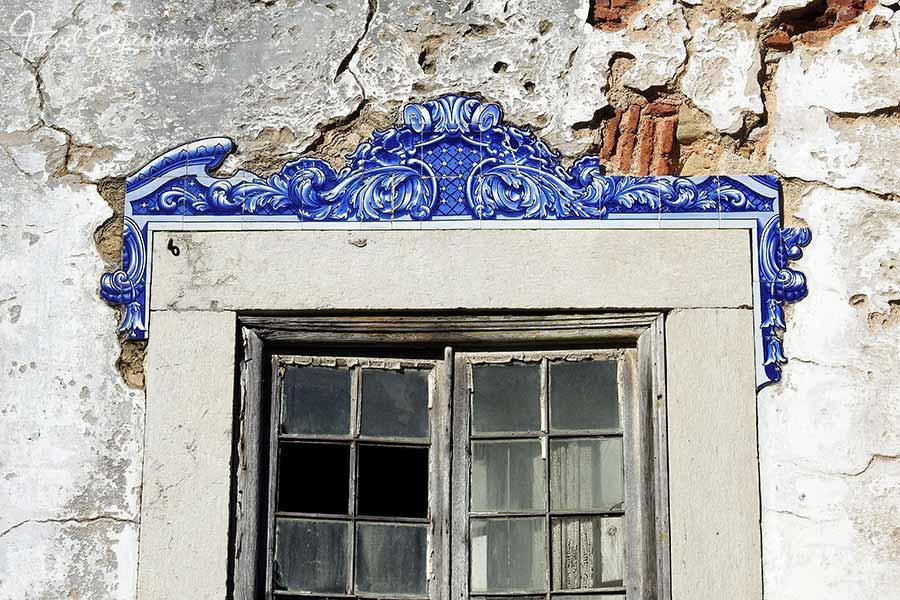 Fenster mit Azulejos als Verzierung in Cascais, Portugal
