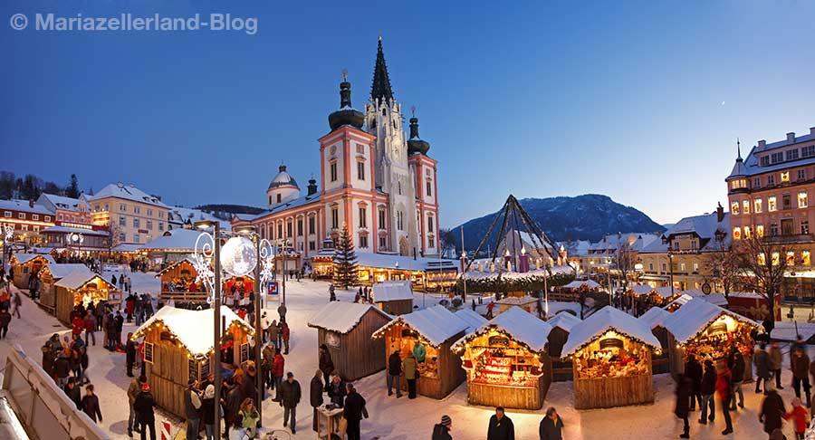 Oesterreich, Steiermark, Mariazell, Adventmarkt, Hauptplatz, Basilika, Adventskranz