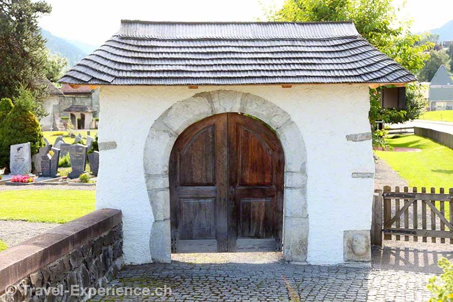 Schweiz, Waadt, Rougemont, Kirche Saint Nicolas, Eingang, Tor, Schindeldach