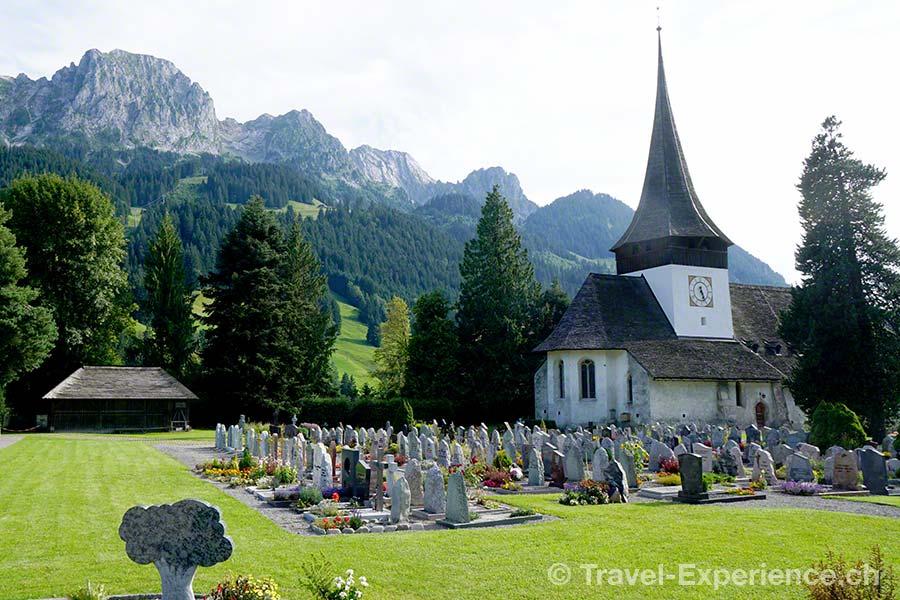 Schweiz, Waadt, Rougemont, Kirche Saint Nicolas, Friedhof