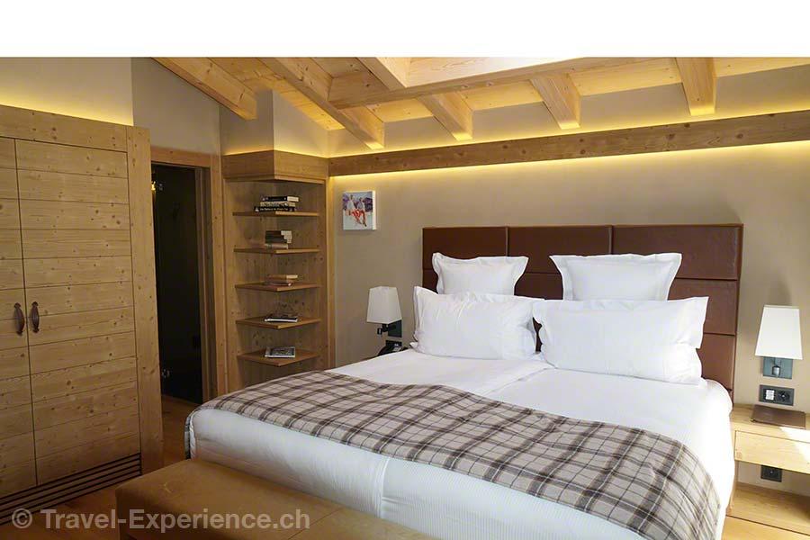 Schweiz, Waadt, Rougemont, Hotel de Rougemont, Penthouse-suite, Schlafzimmer, rustikal