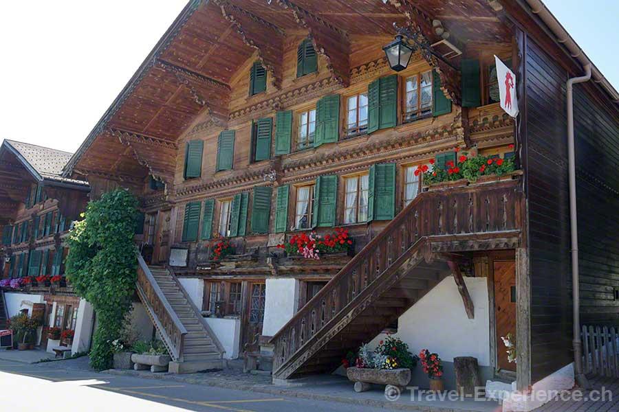 Schweiz, Waadt, Rougemont, altes Chalet, Zweiteilung