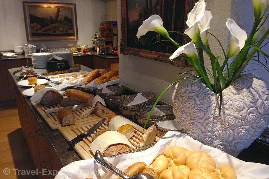 Südtirol, Corvara, Hotel Sassongher, Frühstücksbüfett, Brot