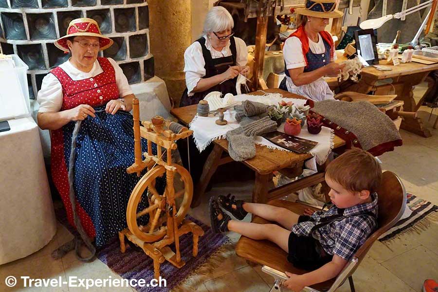 oesterreich, tirol, olympiaregion seefeld, Handwerksfest, Handwerkermarkt, altes handwerk, Floristin, Kranz binden, Hortensien