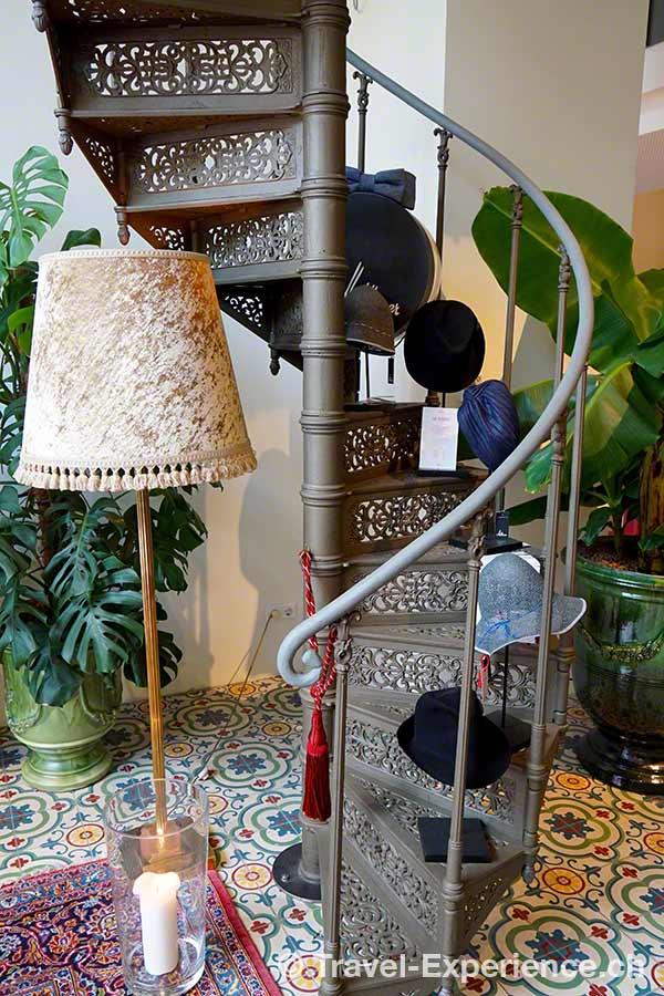 Oesterreich, Wien, Hotel Grand Ferdinand, Wendeltreppe, Hutkreationen, Dekoration