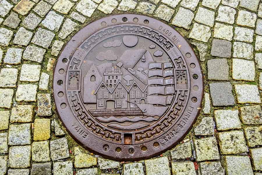 Bergen, Kanaldeckel