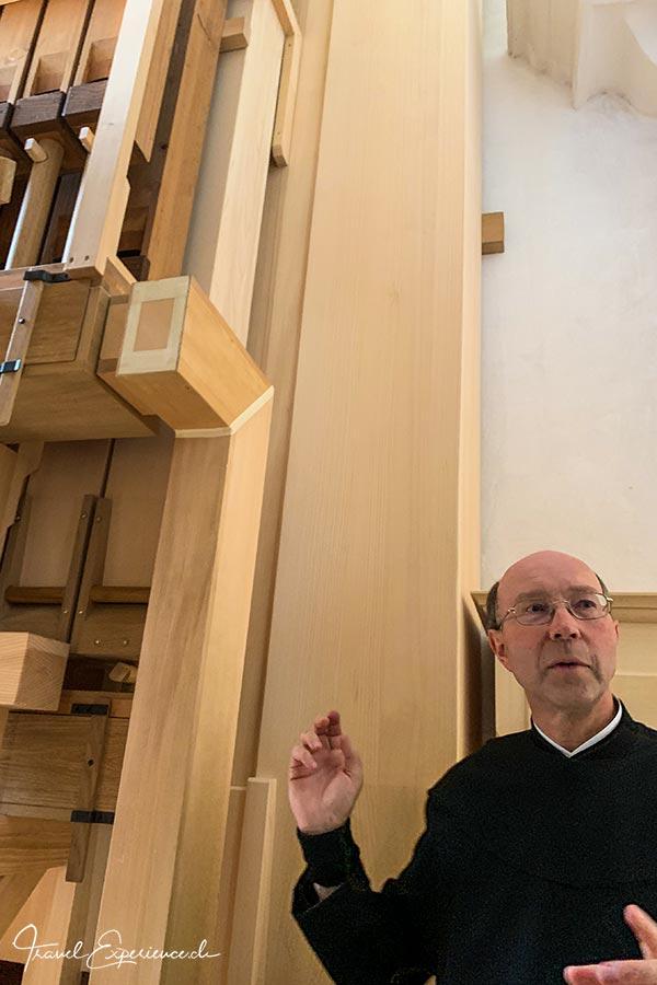 Kloster Disentis, Bruder Stefan, grosse Orgelpfeifen