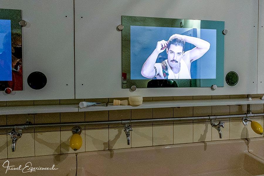 «Freddie Mercury» singt aus dem Spiegel im Fort de Chillon