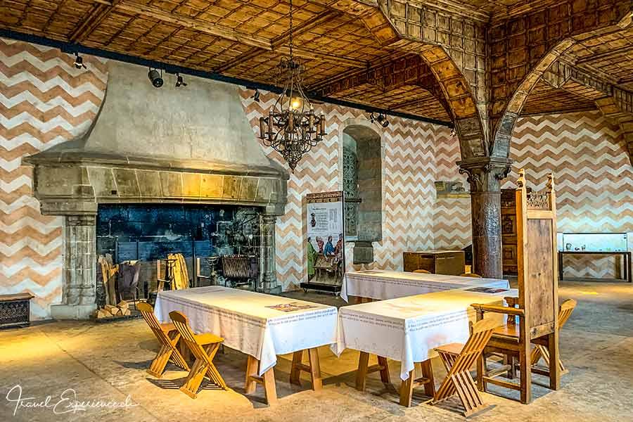 Saal mit Feuerstelle im Schloss Chillon